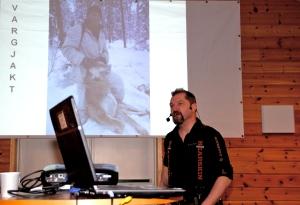 Den norske ulven kommer fra oss i Sverige. SåŒ noe gjør vi feil, sa Rasmus Bostrøm til forsamlingens latter.
